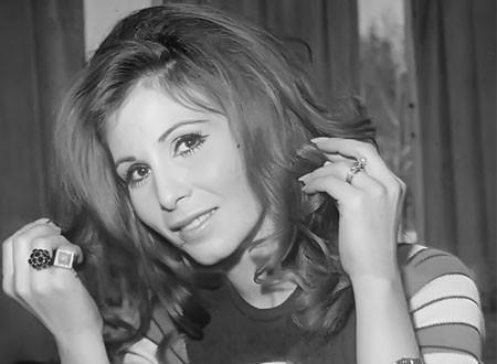 للمرة الأولى تظهر كذلك.. زيزي البدراوي في جلسة تصوير نادرة بالمايوه