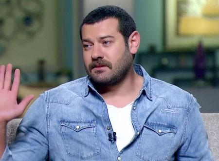 شقيقة عمرو يوسف تساومه على عدم كشف أسراره على الهواء.. فيديو
