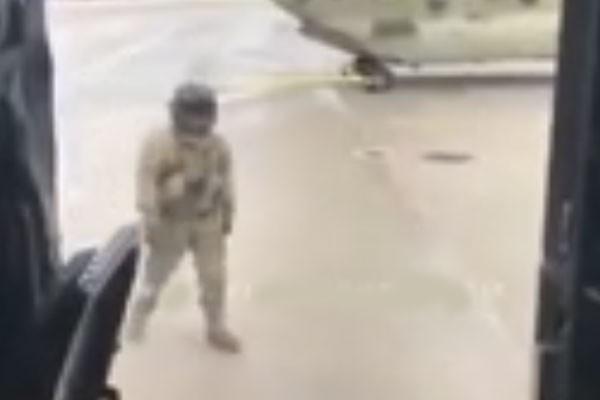 طيار يرقص كيكي