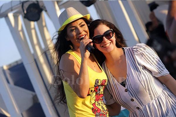 دوللي شاهين تتألق باليوناني على شاطئ سانتوريني بحضور مشاهير مارينا