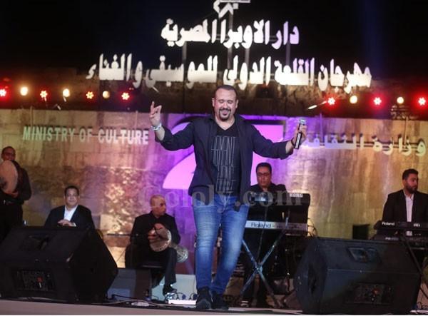 هشام عباس يتألق مع 9 الف مشاهد
