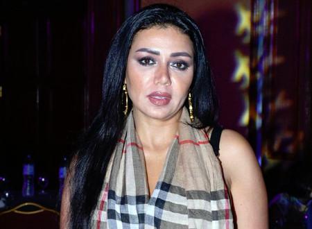رانيا يوسف مستنكرة الهجوم عليها: أفتح الفستان ميعجبش أقفل الفستان برضه معيجبش