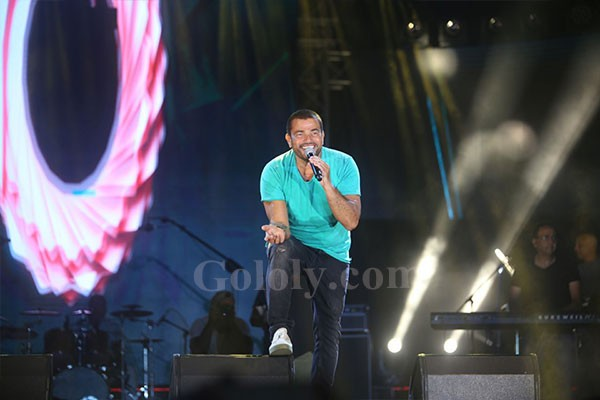 عمرو دياب يفتتح حفله في الساحل الشمالي بأغنية الليلة و الجمهور يستقبله بعاصفة هتافات الإعجاب