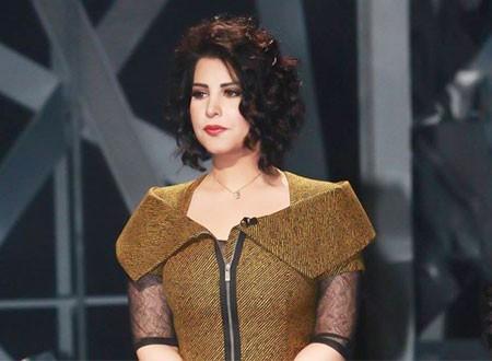 شمس الكويتية تثير انتقادات جمهورها بحذاء من الذهب.. وهكذا ردت