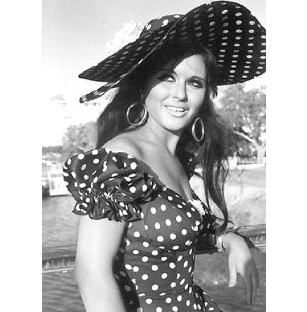 كارينا كابور تنافس سعاد حسني بهذا الفستان.. صور