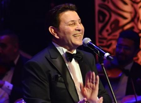 هاني شاكر يودع العام بأغنية «خلصت السنة دي»