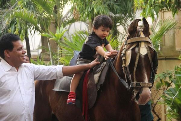 ابن النجمة كارينا كابور يستمتع بجلسة ركوب خيل.. صور