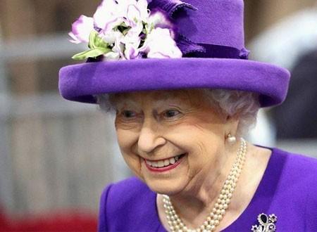 موقف طريف لسائحين لم يتعرفوا على الملكة إليزابيث