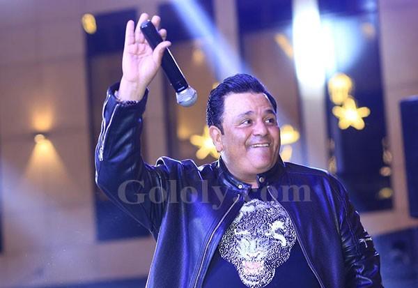 محمد فؤاد يشعل خيمةع الطاولة بدويتوهات مع المعجبات وحضور كامل العدد