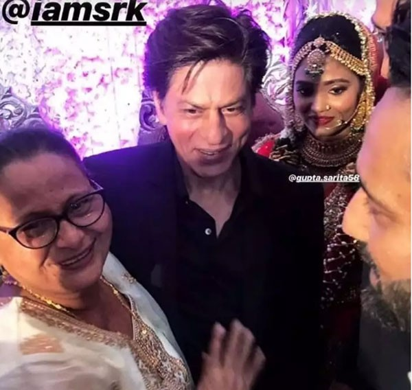 شاروخان يفاجئ إحدى معجباته بحضور حفل زفافها.. صور