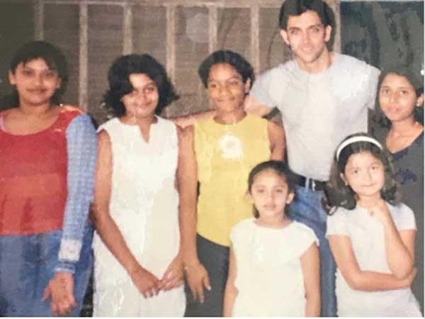 علياء بهات وشقيقتها شاهين في طفولتهما مع هريثيك روشان