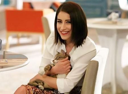 أول صورة للنجمة التركية هازال كايا مع مولودها وزوجها.. شاهد