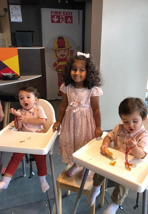 ساني ليون تحتفل بمهرجان«راكشاندهان» مع عائلتها.. صور