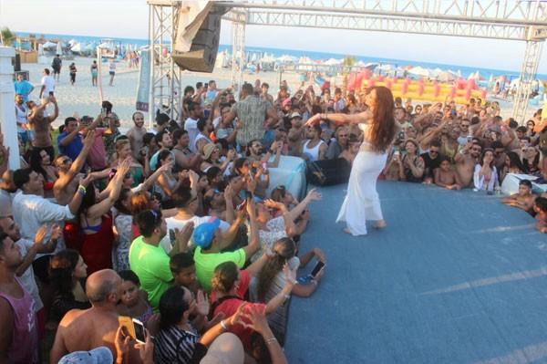 دينا تشعل حفل «White Beach» على أغاني الهضبة
