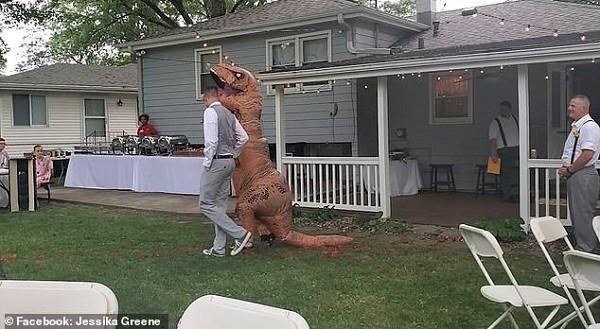 حفل زفاف - اشبينة بملابس ديناصور