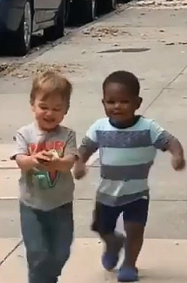 عناق طفلين