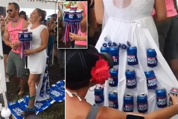 مُرصع بعبوات البيرة.. عروس ترتدي