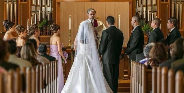 خطأ فادح لكاهن أثناء مراسم حفل زفاف