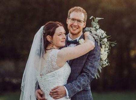 عروس تتلقى عزاء والدتها خلال حفل زفافها.. صور