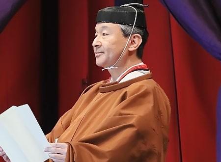 إمبراطور اليابان ناروهيتو يتعهد بالصلاة خلال مراسم تنصيبه.. صور