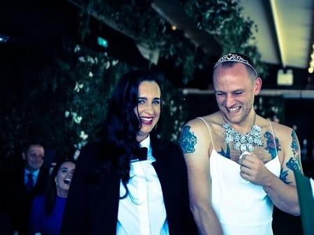 أغرب حفل زفاف.. العريس بالفستان الأبيض المكشوف والعروس بالبدلة.. صور
