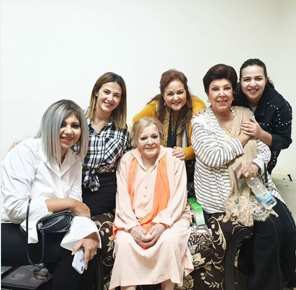 عائلة سمير غانم في زيارة للفنانة نادية لطفي بالمستشفى.. صور