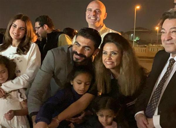 خالد سليم وزوجته وبناته