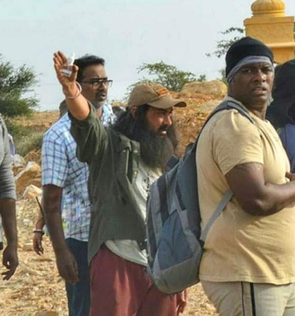 صور.. تسريب لإطلالة عامر خان من فيلمه يؤكد مطابقته لتوم هانكس «فورست غامب»