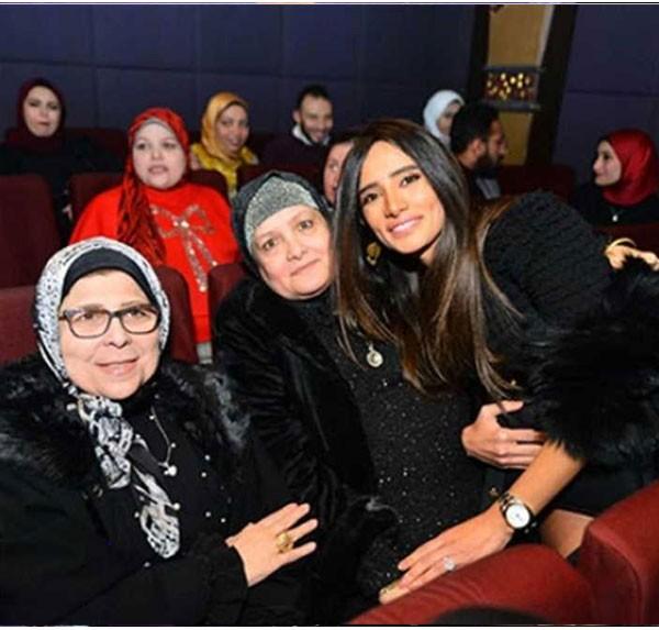زينة وعائلتها في عرض فيلم الفلوس