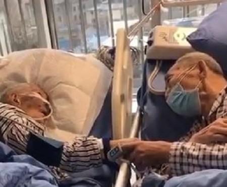 على طريقة تيتانيك.. مسنان صينيان يودعان بعضهما في مستشفى بعد إصابتهما بفيروس كورونا.. فيديو