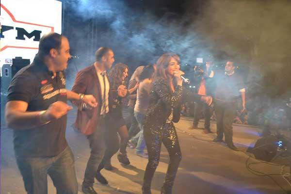 بالصور أمينة تشعل المسرح رقصاً وغناءً بمشاركة أبوالليف 02_73.jpg