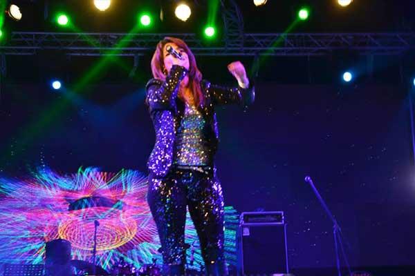 بالصور أمينة تشعل المسرح رقصاً وغناءً بمشاركة أبوالليف 06_54.jpg