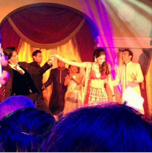 شاروخان يرقص مع كاران جوهر وزوجته في حفل زفاف