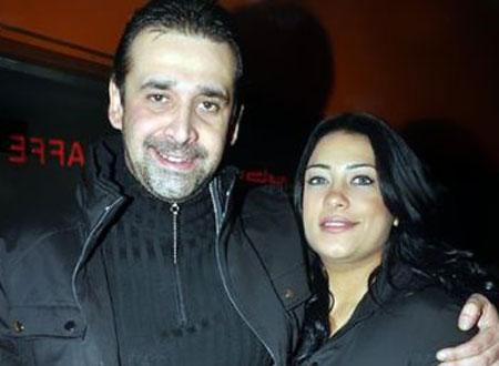 كريم عبدالعزيز يؤدي العمرة بصحبة زوجته