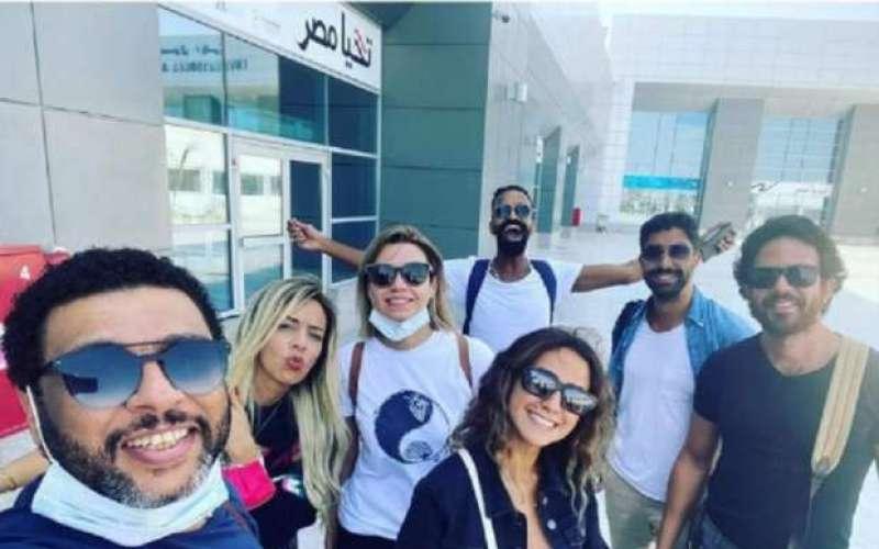 محمود الليثي يصل الجونة بصحبة عدد من الفنانين