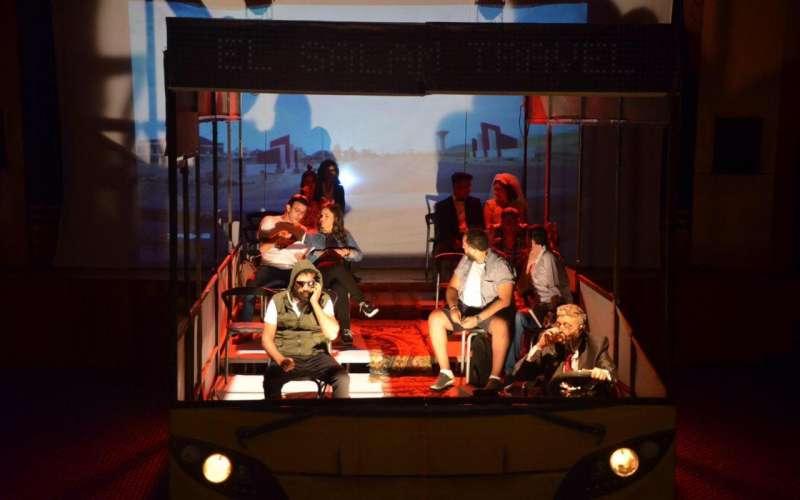مشهد من مسرحية رحلة سعيدة